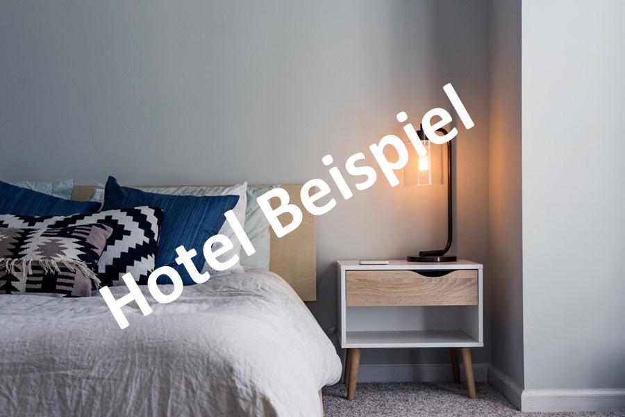 Platzhalter, modernes Hotelzimmer mit Bett und Nachttisch